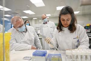 Australia comenzó a producir esta semana 30 millones de dosis de la vacuna británica AstraZeneca.
