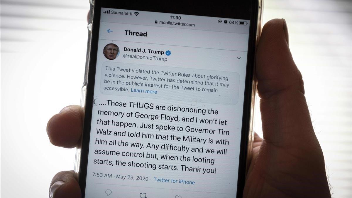 Tuit de Trump señalado por la red social como enaltecimiento de la violencia.