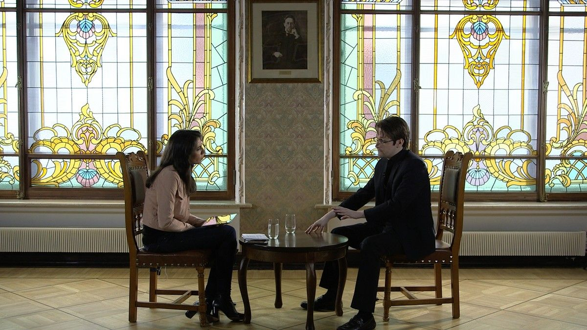 Ana Pastor entrevista a Edward Snowden, uno de los hombres más buscados del mundo, en su escondite de Moscú.