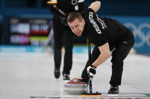 El ruso Alexander Krushelnitsky durante la prueba de curling