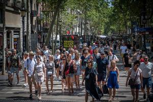 Turistas paseando por la Rambla de Barcelona.