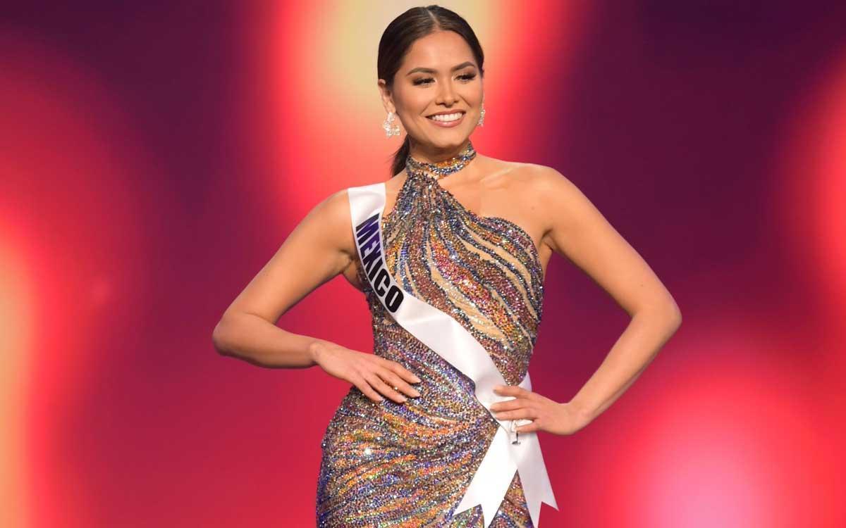 Andrea Meza, Miss México, durante uno de los desfiles con vestido de noche.