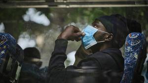 Un hombre subsahariano es trasladado en autobús en Gran Canaria.