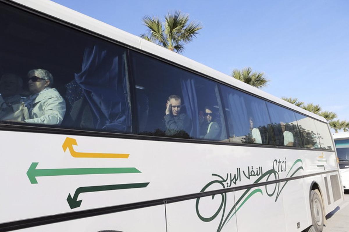 Unos turistas que salieron ilesos del atentado son evacuados en autocar del Museo del Bardo, el miércoles.