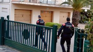 Unos Mossos registran una vivienda en Sant Feliu de Guíxols, presuntamente relacionada con la trama de carnets de conducir falsos.