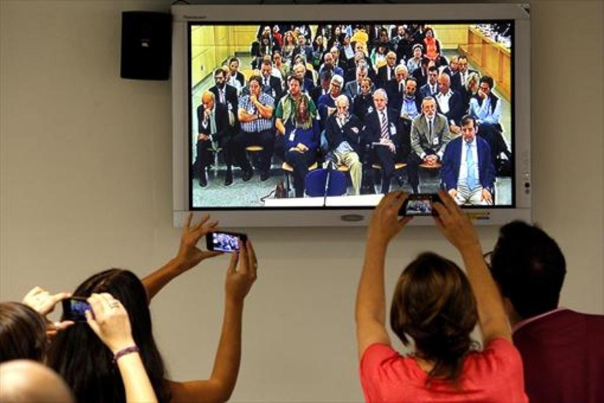 Los periodistas retratan el banquillo de los acusados en el primer día el juicio del 'caso Gürtel' en la Audiencia Nacional de San Fernando de Henares.
