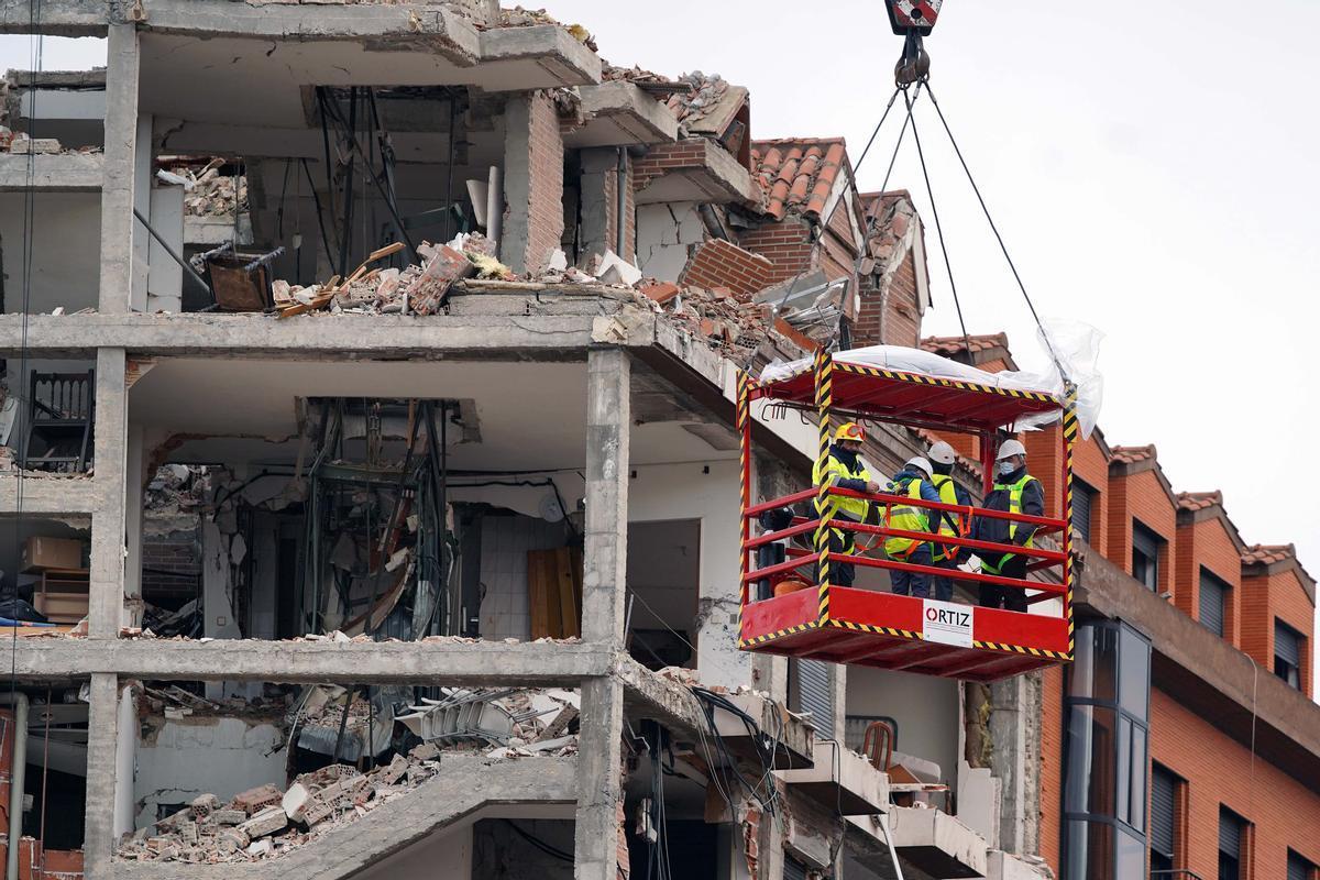 MADRID 21/01/2021SOCIEDAD Bomberos y técnicos estudian los desperfectos del edificio destruido ayer por una explosión de gas en la calle de Toledo en Madrid . imagen DAVID CASTRO