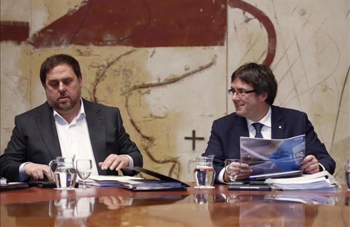 Orio Junqueras y Carles Puigdemont, con el proyecto de ley de presupuestos de la Generalitat para el 2017.