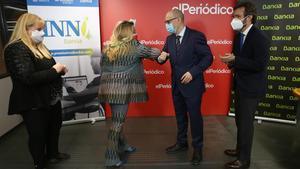 Las hermanas Vanessa y Denia Martínez recogen el premio de manos de José Manuel García (Bankia) ante la mirada de Aitor Moll, consejero delegado de Prensa Ibérica
