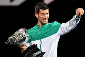 Djokovic, con su trofeo de campeón de Australia.