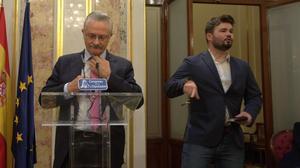 El portavoz del PSOE en la comisión, Antonio Trevín, y el de ERC, Gabriel Rufián, en el Congreso.