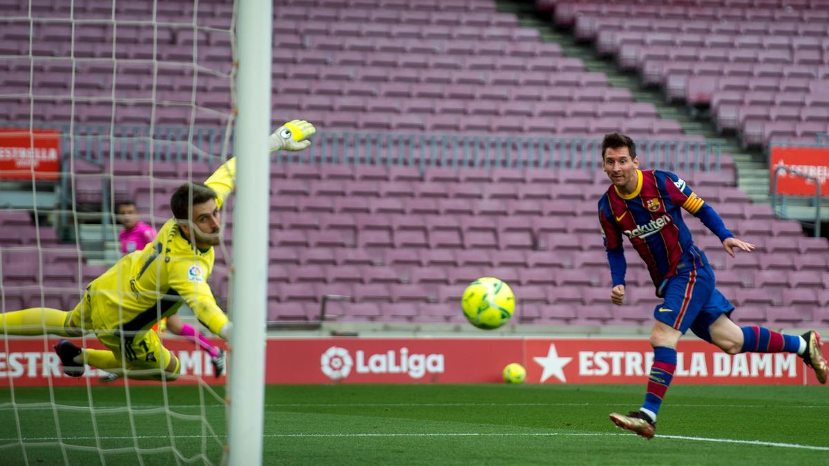 Messi cabecea al fondo de la red frente al Celta el pasado domingo.