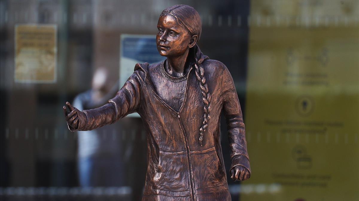 Estatua de la activista sueca Greta Thunberg, a las afueras de la Universidad de Winchester, en el Reino Unido.