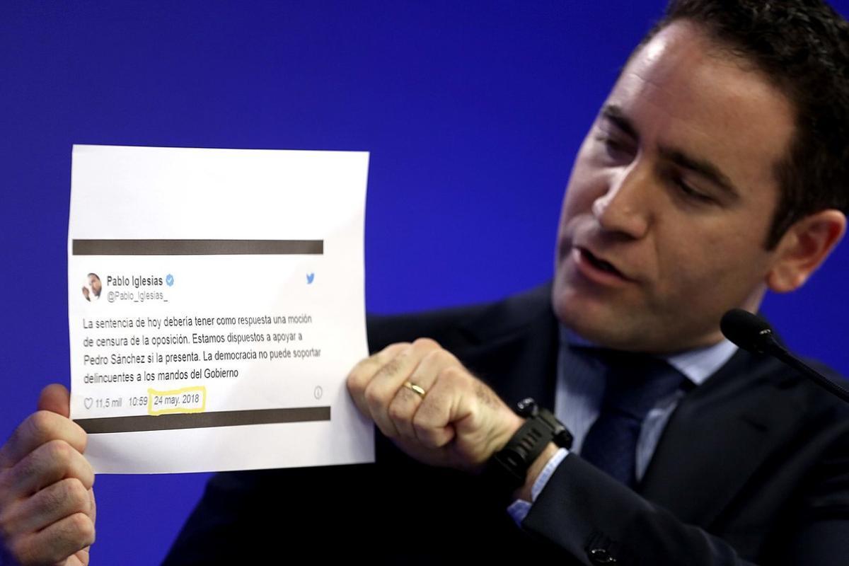 Teodoro García Egea, durante la rueda de prensa, en la que ha enseñado varios tuits de Pablo Iglesias y Pedro Sánchez.