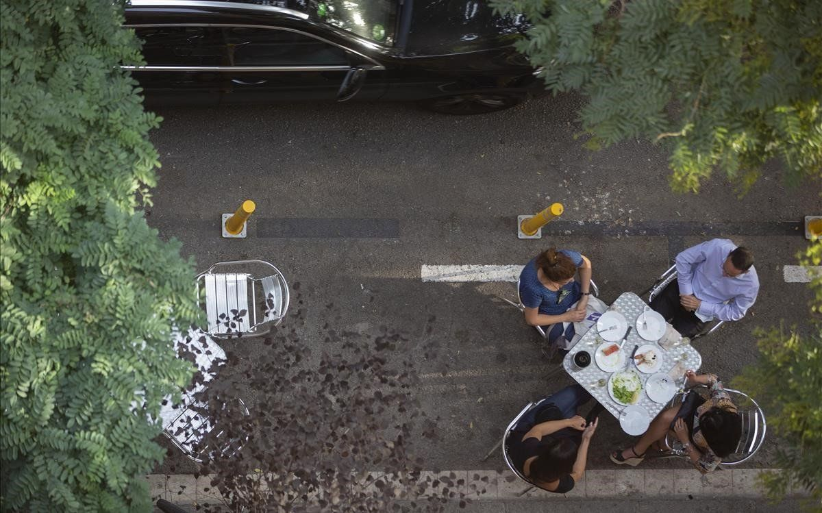 Terrazas en los nuevos espacios ganados al coche para respetar las distancias de seguridad por el COVID como laterraza del Bar de tapas Jaica en la Barceloneta