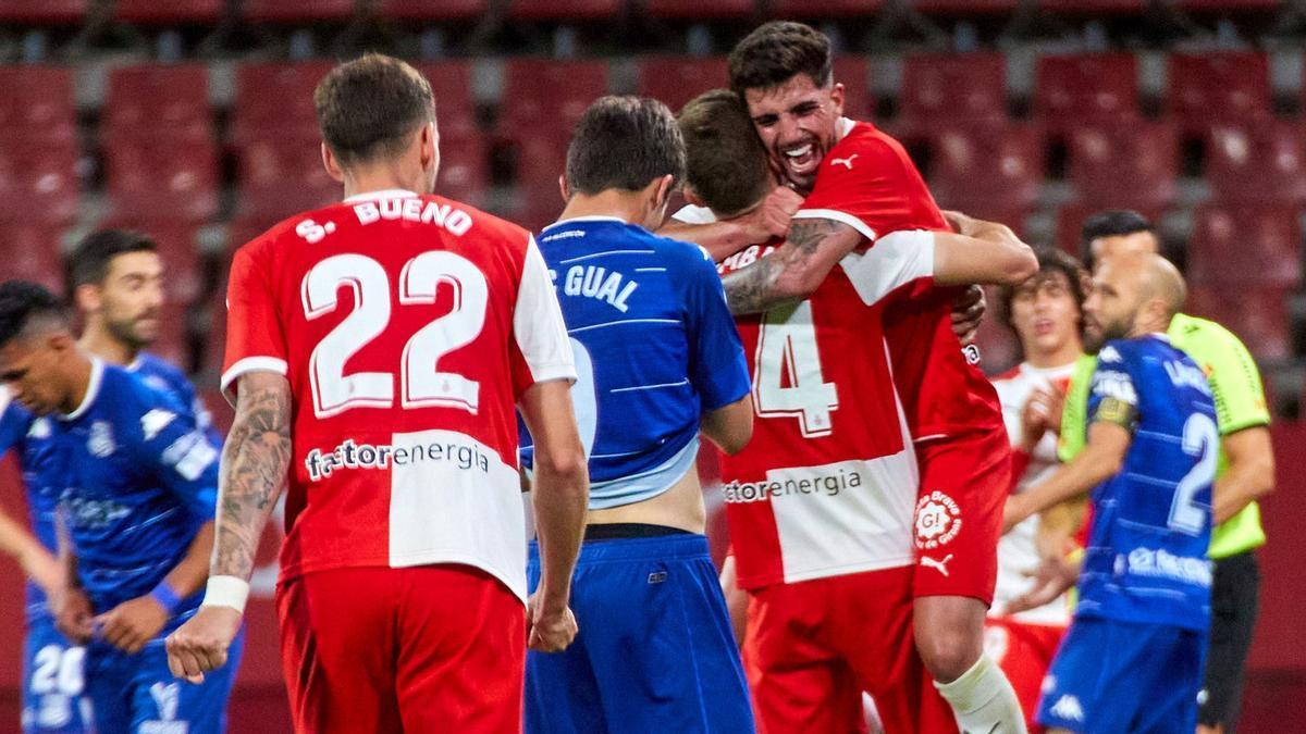 Los jugadores del Girona celebran el triunfo ante el Alcorcón que les asegura la plaza de play-off de ascenso.