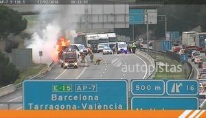 Aparatoso incendio de un camión en la AP-7 en Mollet