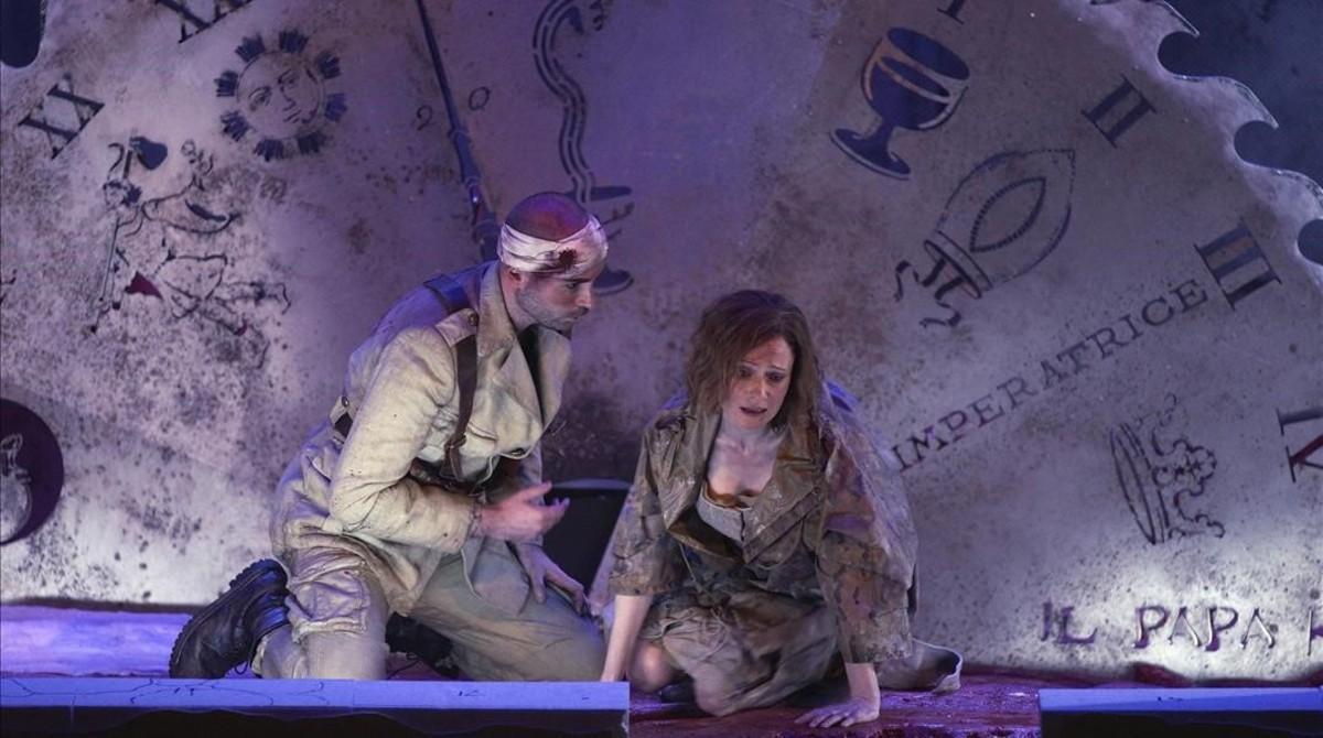 Albert Casals (Soldado) y Sonia de Munck (Bubikopf), durante un ensayo de la ópera 'El emperador de la Atlántida, de Viktor Ullmann, en el Teatro Real.