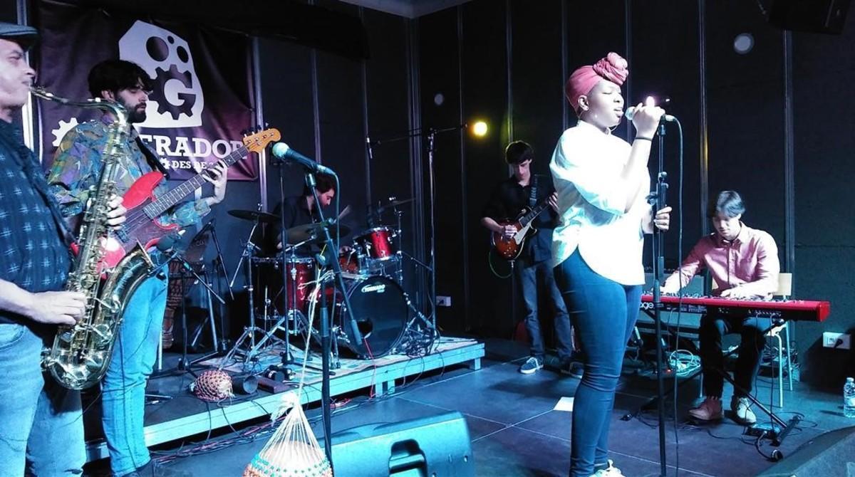 El festival 9B In Black acogió una velada de primerísimo nivel en Can Basté con la portentosa Monique Makon y Alma Afrobeat Ensemble.