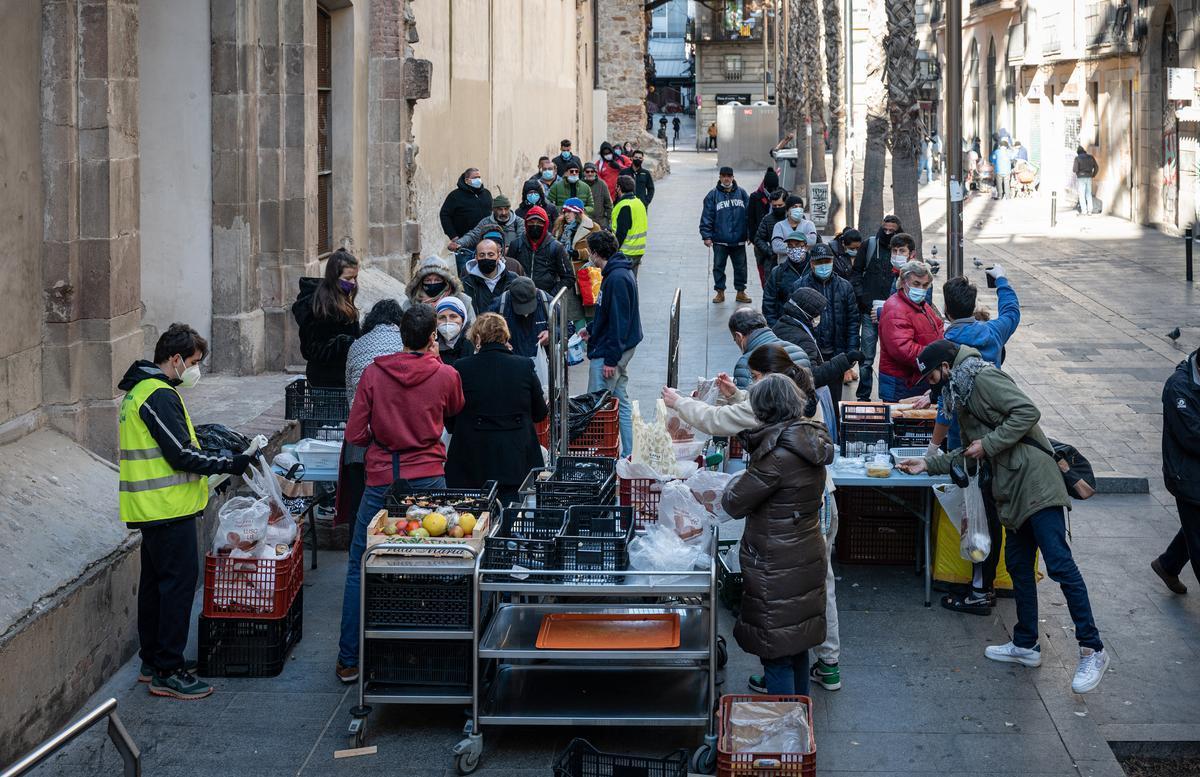 Reparto de alimentos en la parroquia de Sant Agustí de Barcelona, en enero pasado.