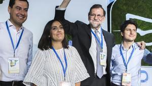 GRA353. SEVILLA, 21/04/2017.- El presidente del Gobierno y del Partido Popular, Mariano Rajoy (2d), junto al líder del PP-A, Juanma Moreno (i), durante la inauguración esta tarde del XIV Congreso Nacional de Nuevas Generaciones (NNGG) que se celebra en Sevilla, donde saldrá elegido Diego Gago (d) como líder de esta organización juvenil en sustitución de Beatriz Jurado (i). EFE/Raúl Caro