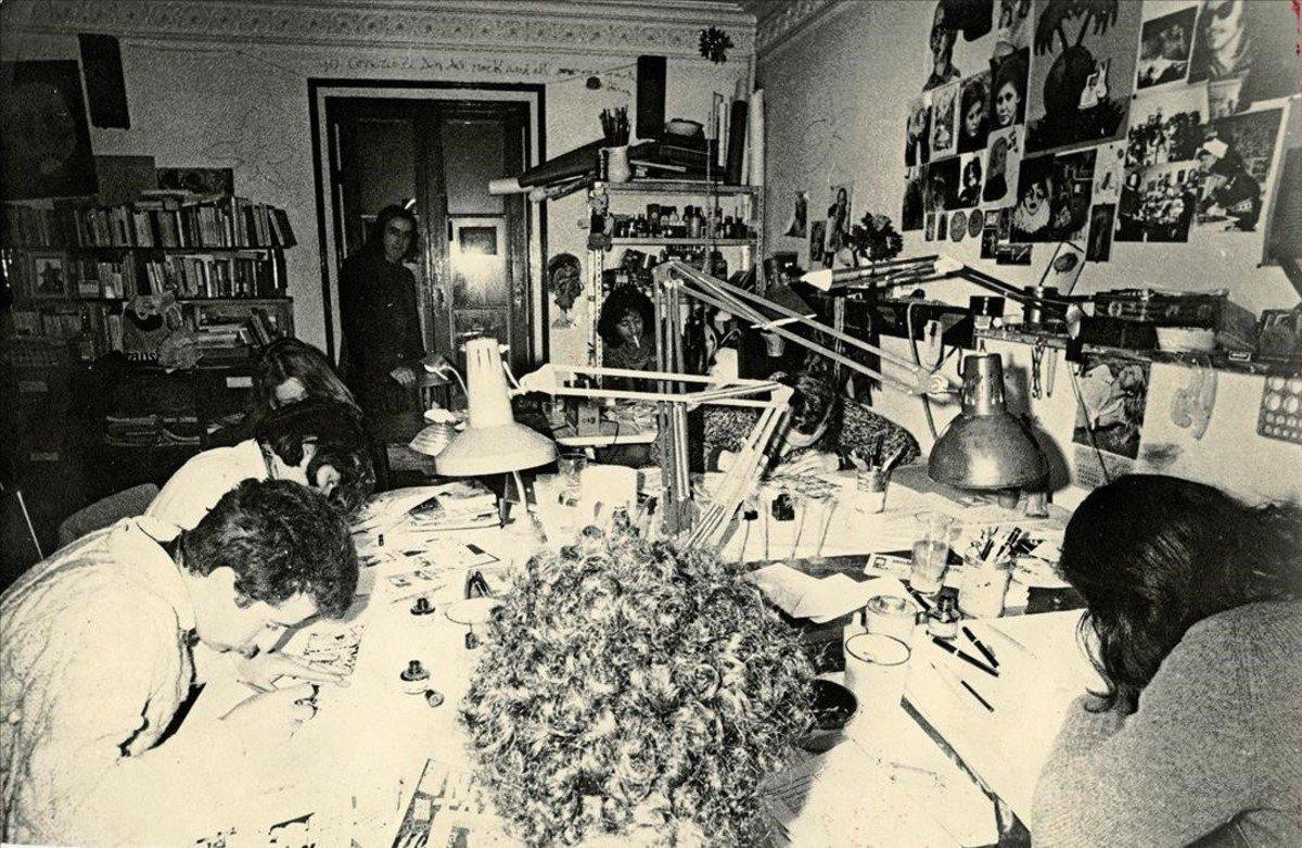 Fotografía del libro de memorias de Nazario en la que se ve el estudio del piso de la calle Comerç, en 1973, en la que aparecenMariscal, Rosa Ricart, Miguel Farriol, Pepichek,Nazario y el primo de Montesol.
