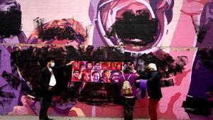 El muro feminista del barrio de Ciudad Lineal ha aparecidopintado esta noche de negro.