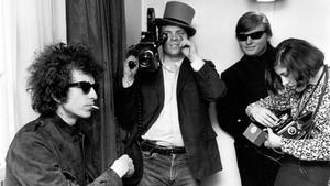 D. A. Pennebaker (con sombrero) y su esposa, Chris Hegedus, con Bob Dylan durante el rodaje de 'Dont look back'.