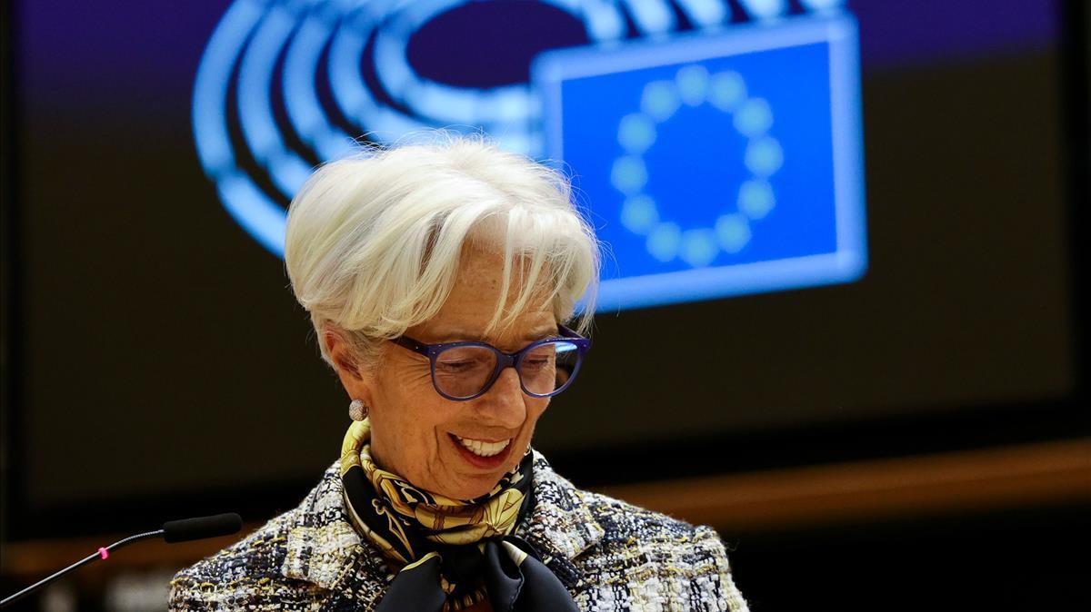 La presidenta del BCE, Christine Lagarde, en el pleno del Parlamento Europeo, este lunes. (Photo by Olivier Matthys   POOL   AFP)