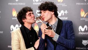 Javier Calvo (derecha) y Javier Ambrossi, en la gala de los Feroz, besando el galardón que conquistaron por 'La llamada'.