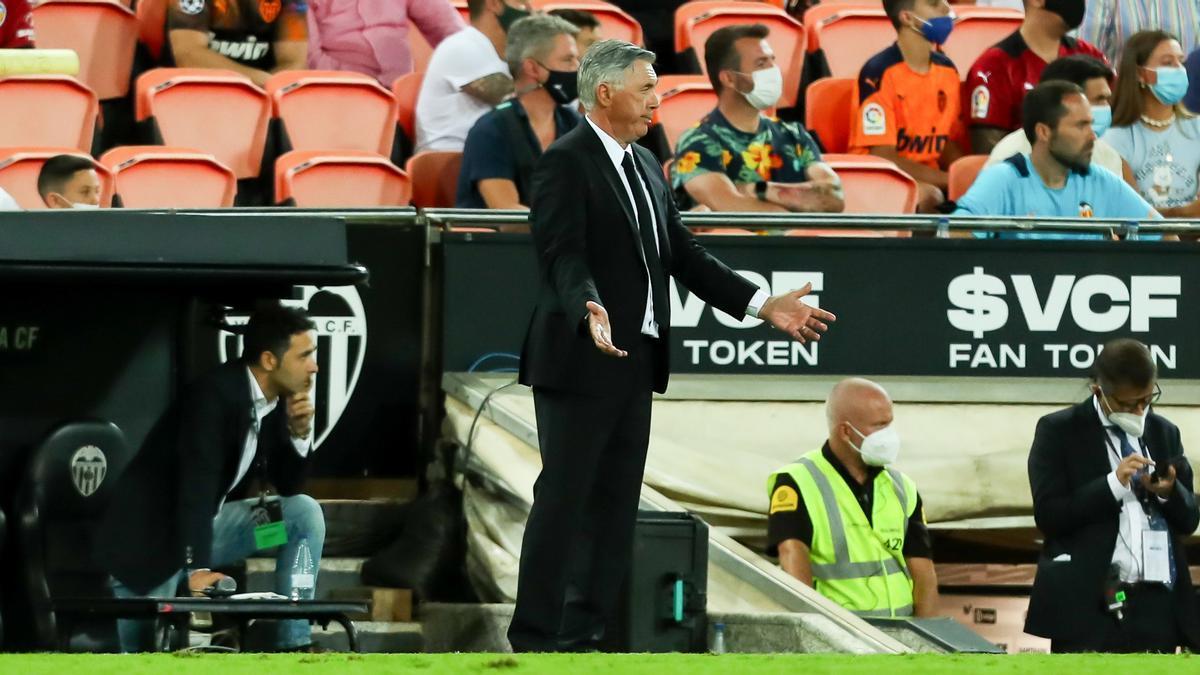 Carlo Ancelotti, en la banda de Mestalla durante el Valencia-Madrid.