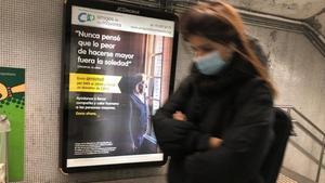 El anuncio de Amics de la Gent Gran en la estación de Tetuan, Barcelona.