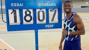 Zango posa con su marca de 18,07 metros.