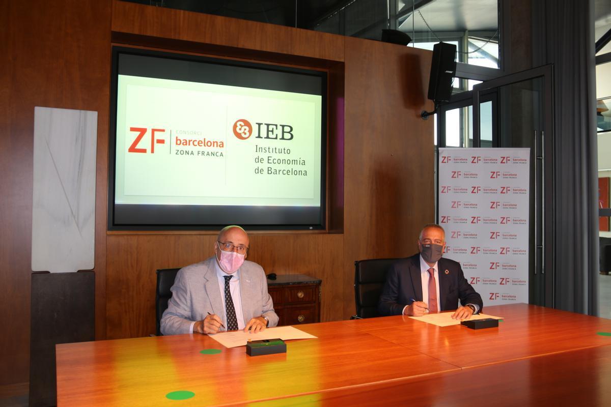 De izquierda a derecha, según la fotografía, Martí Parellada, presidente del IEB y Pere Navarro, delegado especial del Estado en el Consorci de la Zona Franca de Barcelona