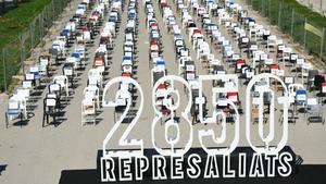 La instalación que ha realizado Òmnium con motivo de la Diada en la que se han colocado 2.850 sillas en el paseo de Lluís Companys de Barcelona con los nombres de los represaliados del procés.