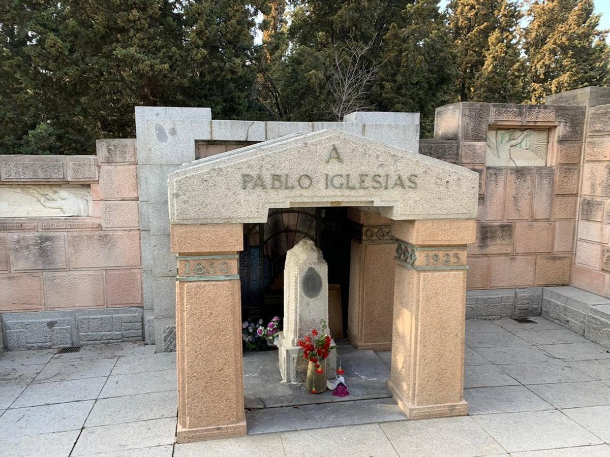 Tumba de Pablo Iglesias, fundador del PSOE, en el cementerio de La Almudena de Madrid.