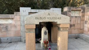 Els franquistes escriuen «Profanadors» i «Viva Franco» al bust del fundador del PSOE