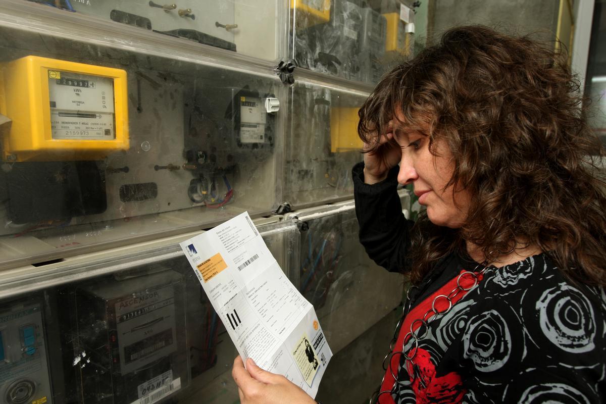 Una usuaria comprueba la lectura del contador y las facturas.