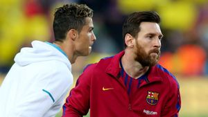 FILE PHOTO  Soccer Football - La Liga Santander - FC Barcelona v Real Madrid - Camp Nou  Barcelona  Spain - May 6  2018   Real Madrid s Cristiano Ronaldo with Barcelona s Lionel Messi before the match    REUTERS Albert Gea File Photo