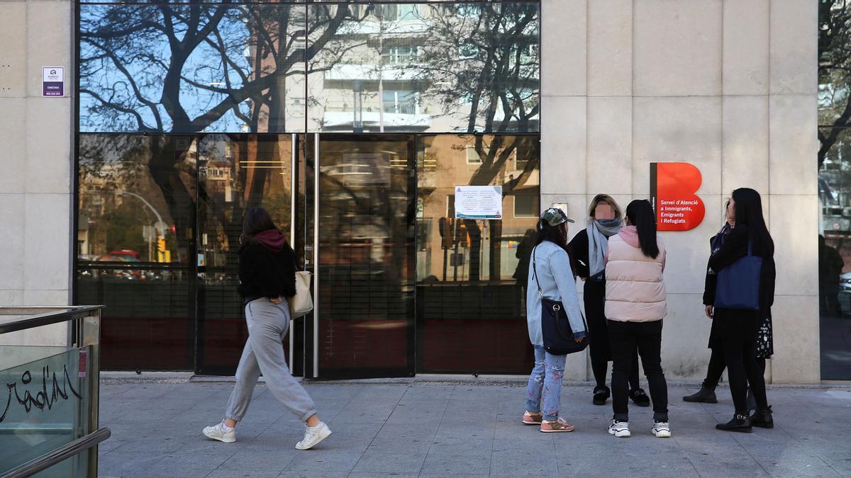 La entrada de la sede del SAIER (Servicio de Atención a Inmigrantes, Emigrantes y Refugiados), en la calle de Tarragona, el pasado mes de marzo.