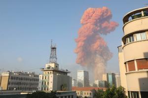 Imagen de la nube naranja que se formó tras la explosión en el puerto de Beirut.