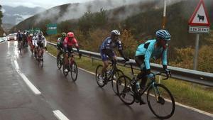 El mal tiempo acompañó a los ciclistas durante la etapa que acabó en Formigal.