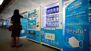 Tailandia instala máquinas expendedoras con mascarillas de tela para combatir al coronavirus