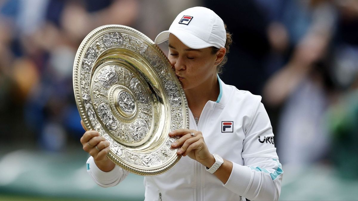 Barty besa el plato de campeona de Wimbledon.