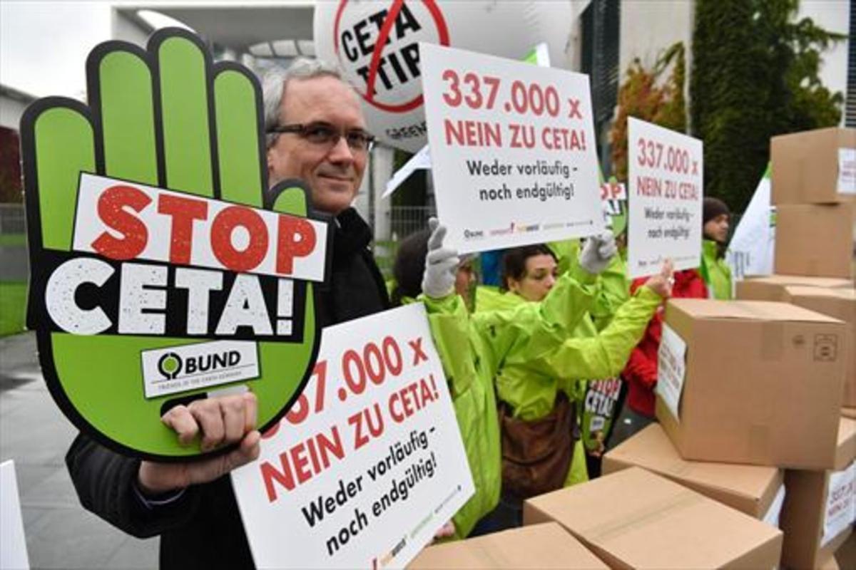Ciudadanos contrarios al CETA y el TTIP se manifiestarondelante de la Cancillería alemana, en Berlín.