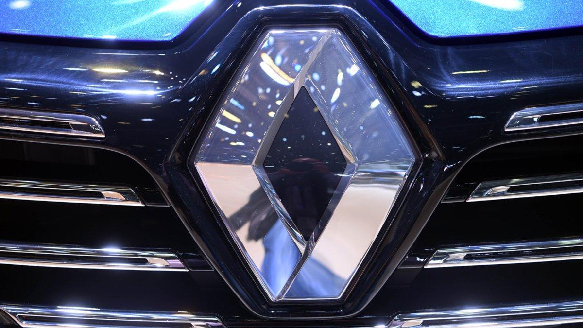 Emblema en el frontal de un Renault Clio