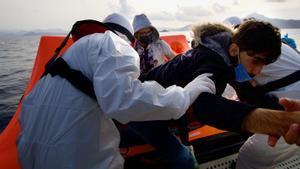 La guardia costera turca rescata a un grupo de refugiados en el mar Egeo.