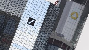Logotipos del Deutsche Bank y el Commerzbank en sus respetivas desde de Fráncfort.