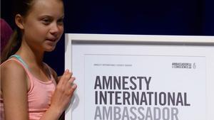 Greta Thunberg dice que el activismo funciona al recibir premio de Amnistía Internacional.