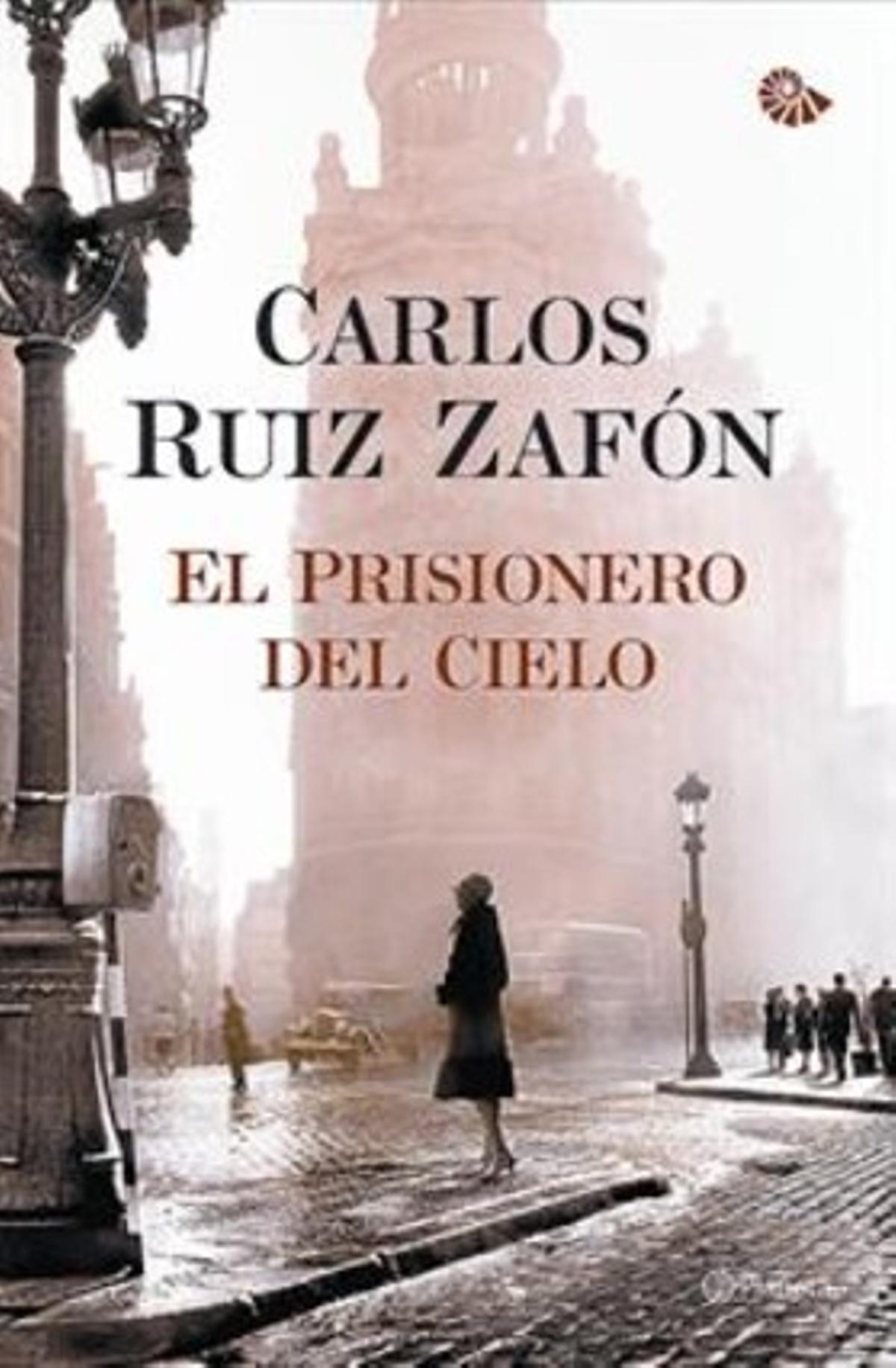 A la izquierda, fotografía original de Francesc Català-Roca. A la derecha, portada de 'El prisionero del cielo', próxima novela de Carlos Ruiz Zafón.